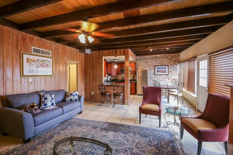 Hosteeva Iberville Street Suites