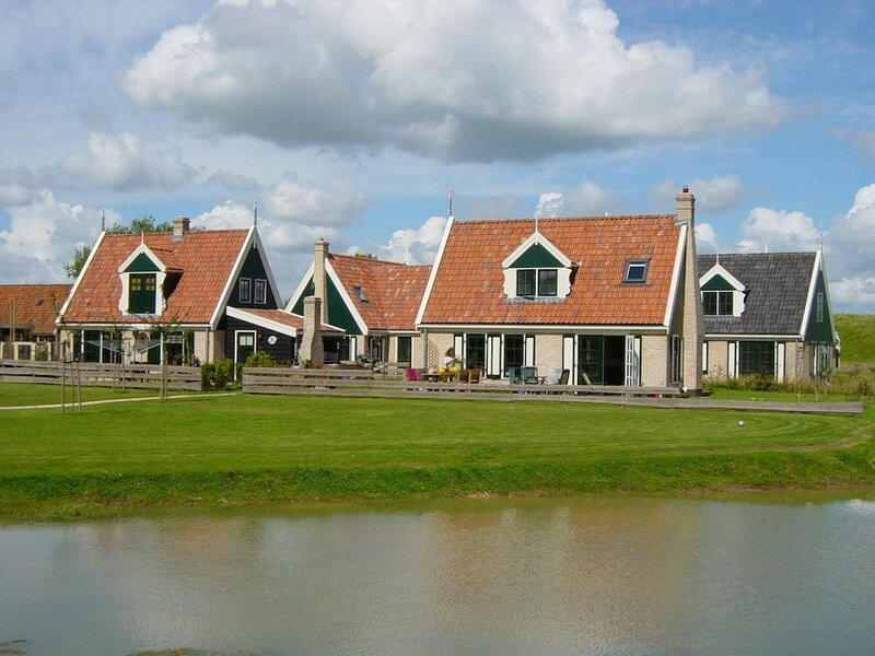Lush Villa With Jacuzzi, Private Fenced Garden in Hippolytushoef