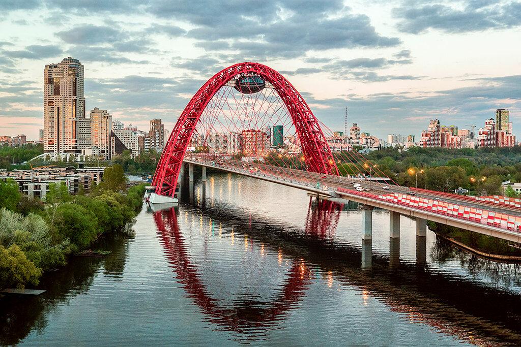 фото моста в москве с рестораном уже