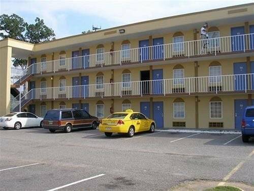 Hampton Bay Plaza And Suites