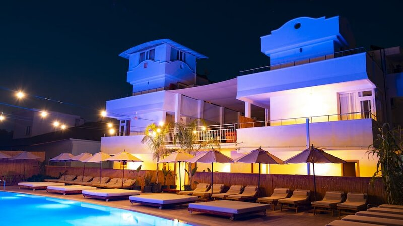 Esquire Hotels & Lounges