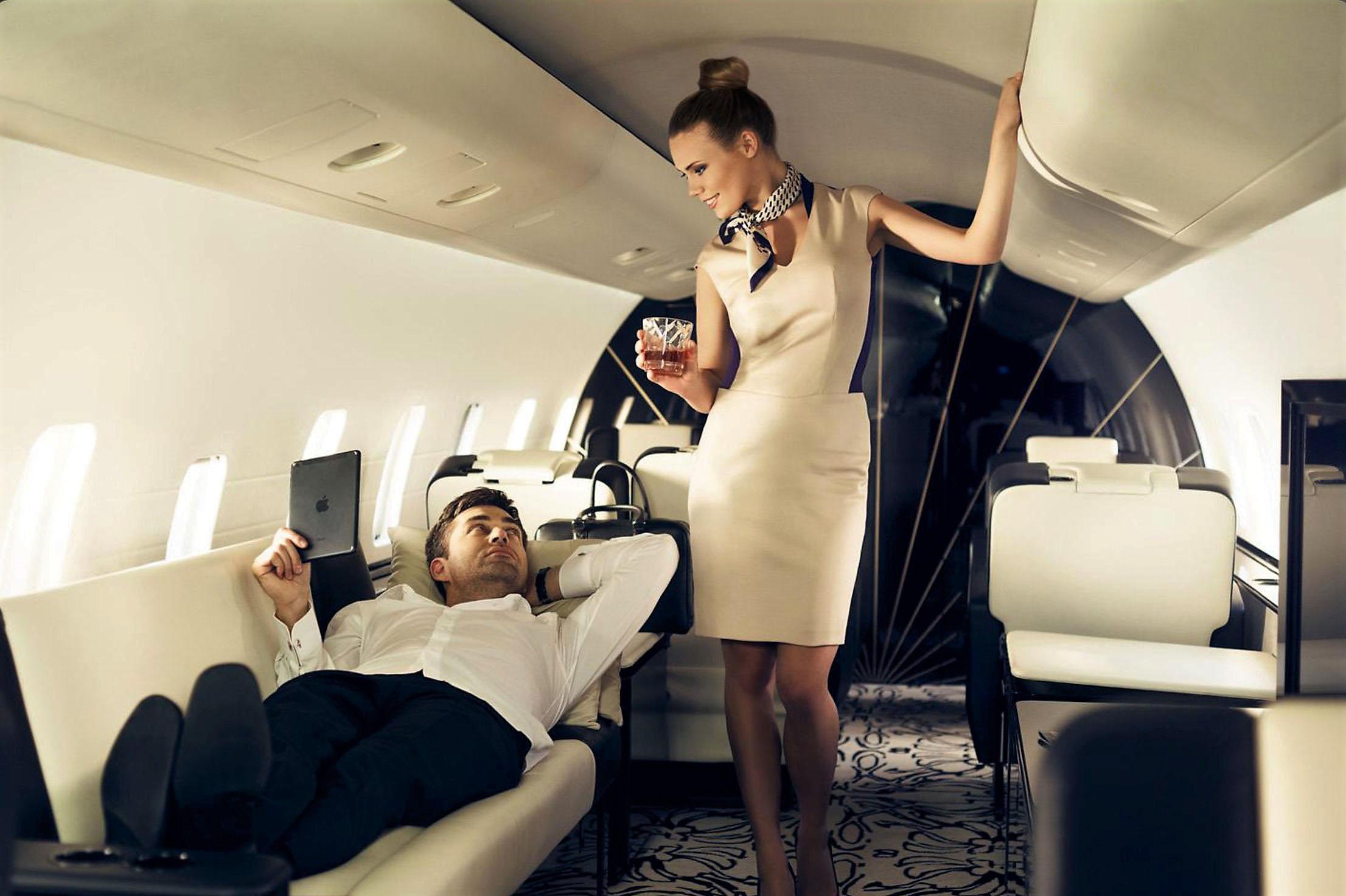 парень и девушка в самолете очнь волосатая