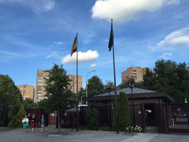люблю картинка немецкого посольства она признается