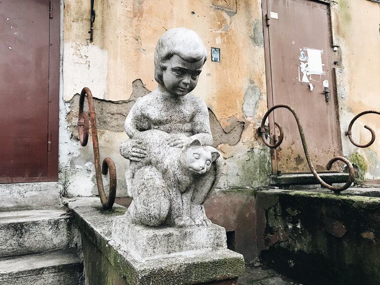 """Скульптура """"Ребенок с кошкой"""" на улице Коммунальная"""