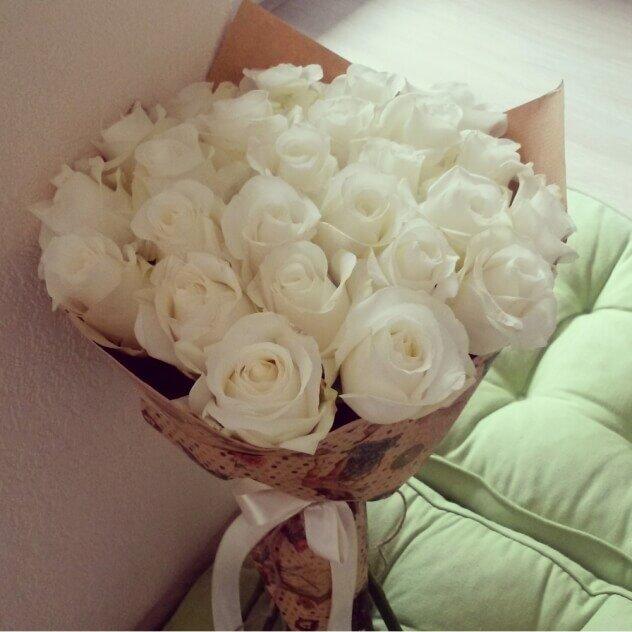 букеты цветов в комнате на кровати