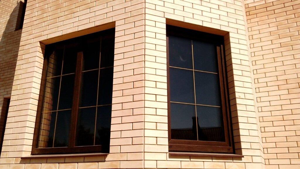 Коричневые окна с золотистой раскладкой фото