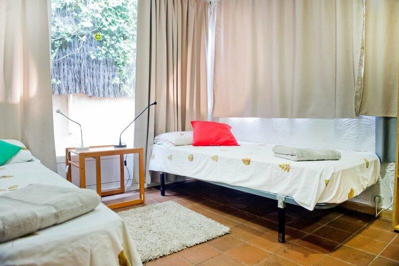 Casa Para 14 Entre Mar Y Montaña, 7 habitaciones, a 500 m. playas de arena dorada y a 100 m. supermercados con bus y tren directo a Barcelona