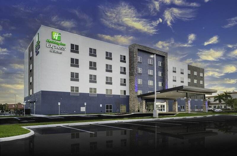 Holiday Inn Express & Suites Fort Myers Airport, an Ihg Hotel