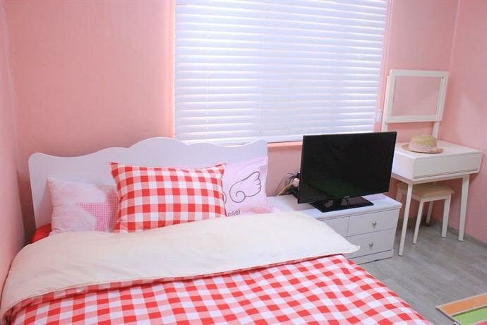 Kpopstarz Guesthouse - Caters to Women