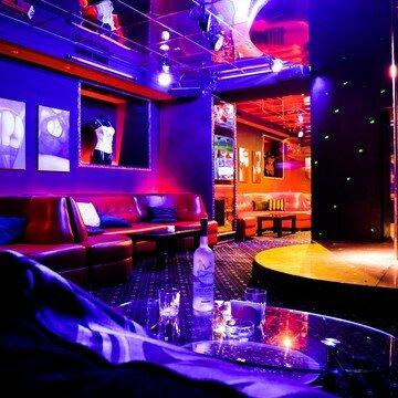 Ночного клуба грезы парни бармены в ночных клубах