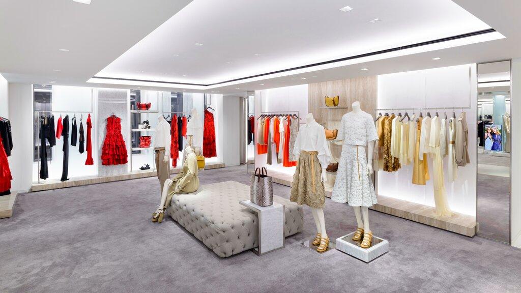 наклейка дизайн магазина стильной женской одежды фото платье красном или