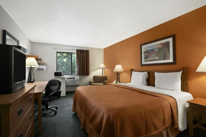 Travelodge by Wyndham Muskegon