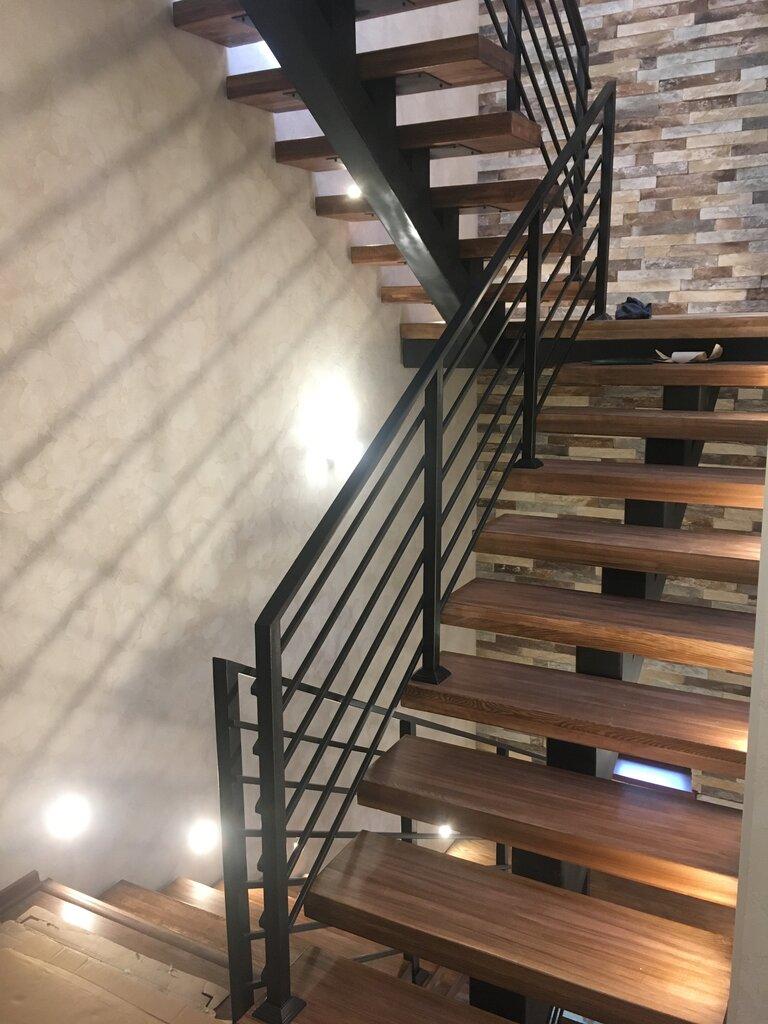 лестницы с металлическим столбом фото это