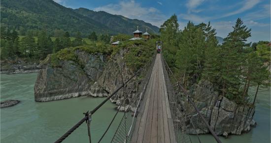 Подвесной мост через реку Катунь на Алтае