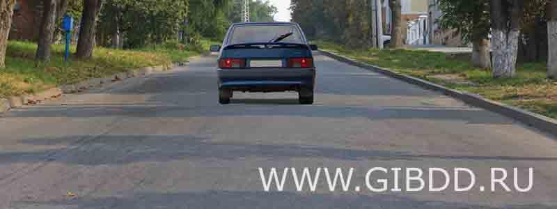 Соответствуют ли действия водителя Правилам, если он движется посередине дороги?