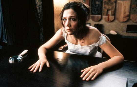 Полностью Голая Мэгги Джилленхол – Секретарша (2001)