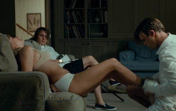 Девушка сидит на унитазе к ней заходят парни
