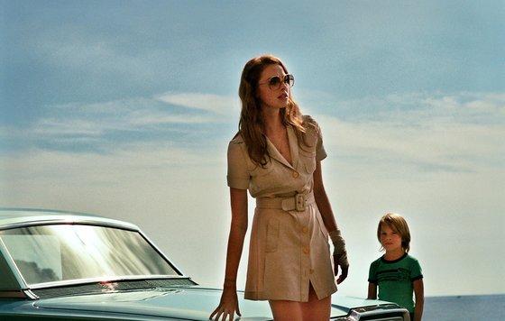Дама в автомобиле, в очках и с ружьем (себастьян жапризо.