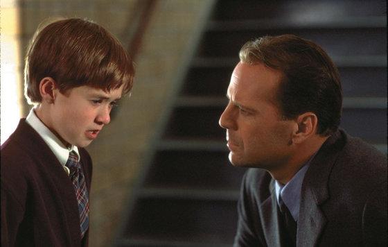 Фильм с брюсом уиллисом и мальчиком аутистом британский актер дэниел рэдклифф