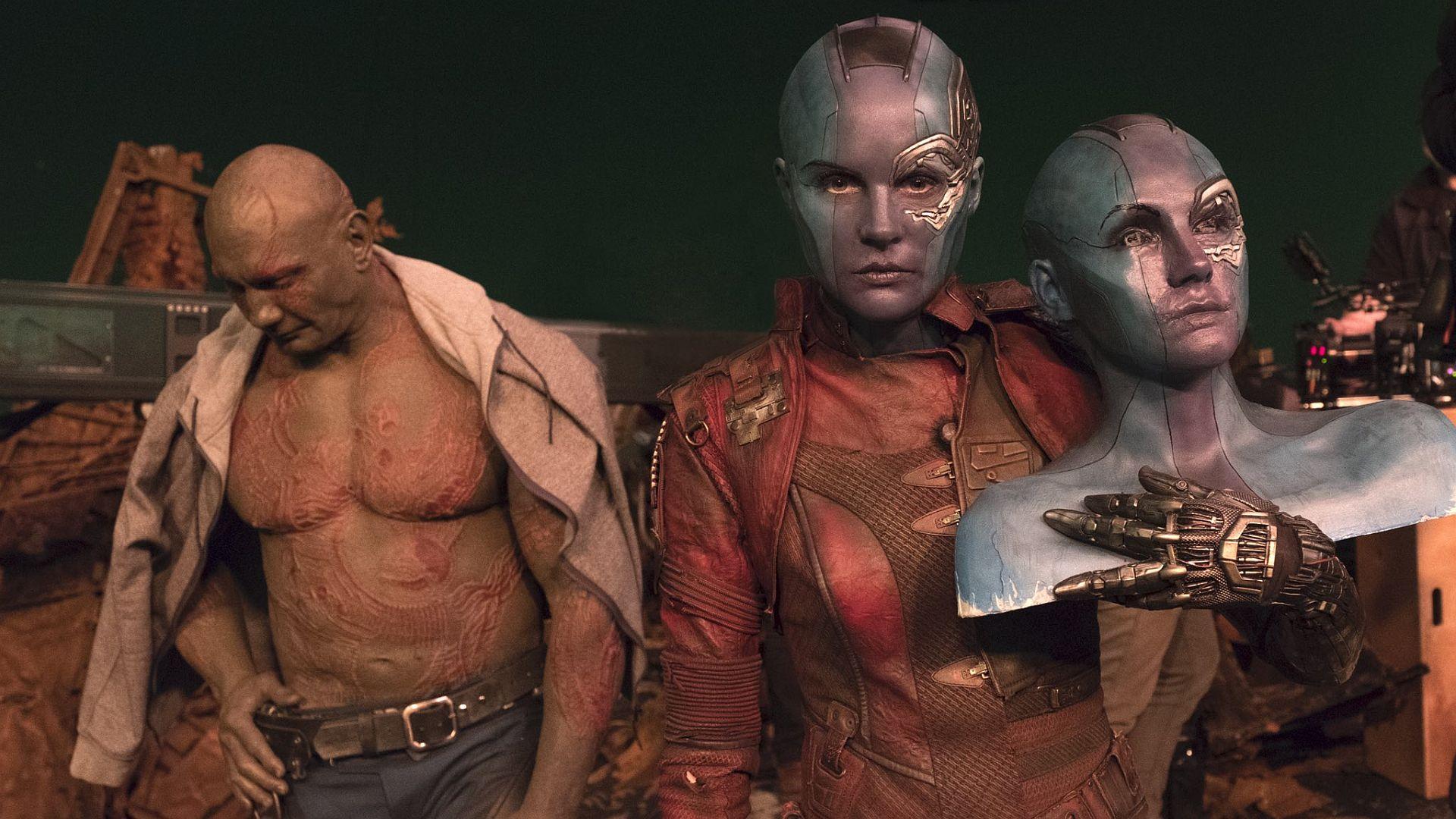 Фото со съемок «Войны бесконечности»: Капитан Америка под зонтом и вторая голова Небулы