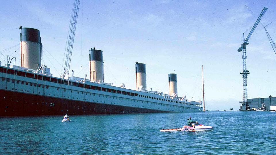 На съемках фильма «Титаник». Эта декорация небыла абсолютной копией оригинала. Джеймс Кэмерон решил, что онслегка сэкономит, воспроизведя палубу вмасштабе 7/8.