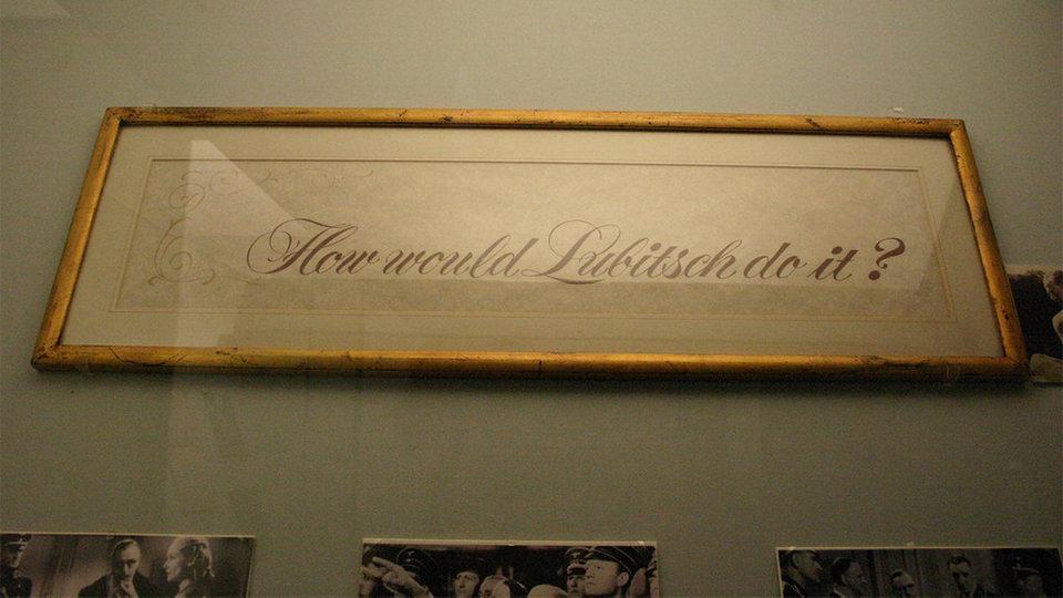 Табличка из кабинета Билли Уайлдера с надписью «А что сделал бы Любич?» / Фото: gointothestory.blcklst.com