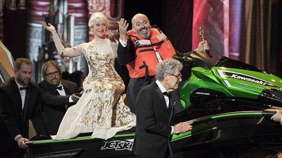 Хелен Миррен и Марк Бриджес на гидроцикле / Фото: Getty Images