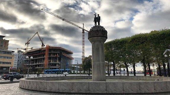 Над будущей библиотекой пока зависают краны / Фото: КиноПоиск