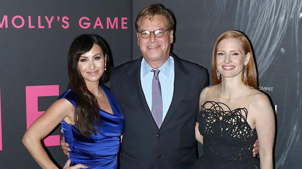 Аарон Соркин с Молли Блум и Джессикой Честейн / Фото: Getty Images