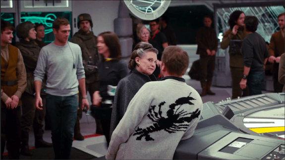 Актриса Кэри Фишер и режиссер Райан Джонсон (в свитере, спиной к камере) на съемочной площадке «Последних джедаев»