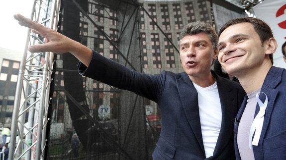 Борис Немцов с Ильей Яшиным / Кадр из фильма «Слишком свободный человек»