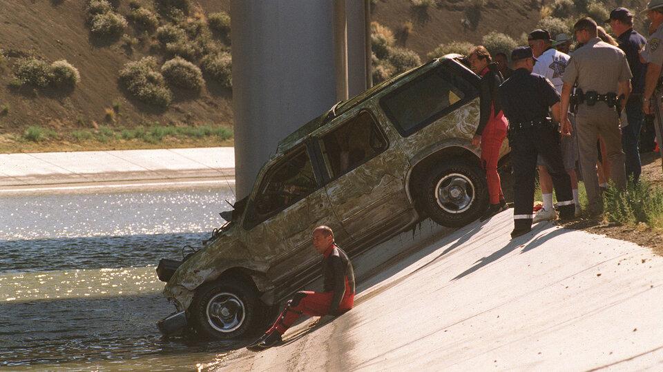 Автомобиль ДеВора, извлеченный командой водолазов из акведука, 7 августа 1998 года / Фото: John T. Barr, Getty Images