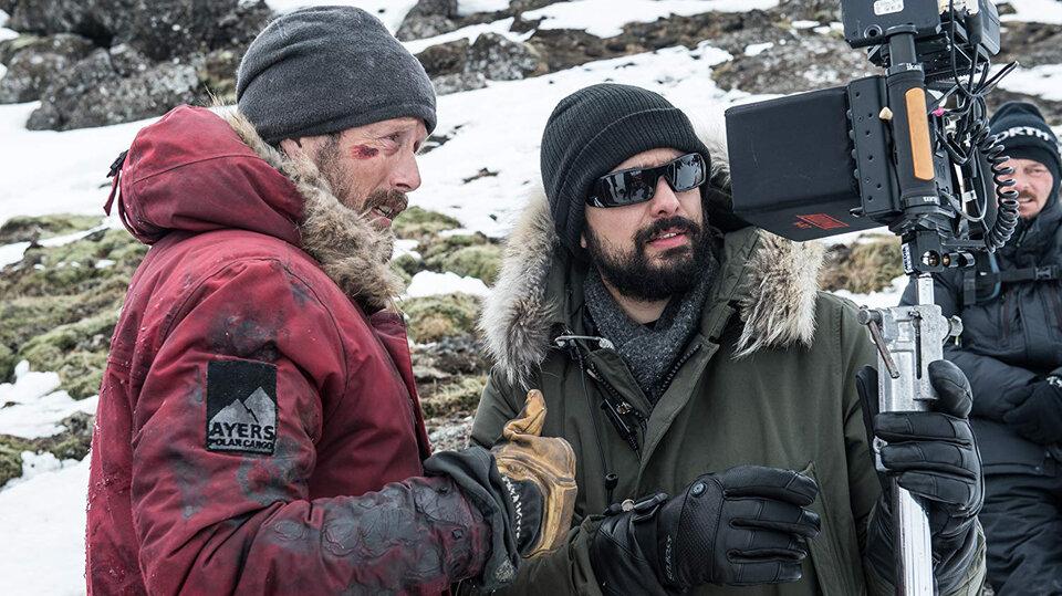 Мадс Миккельсен и Джо Пенна на съемках фильма «Затерянные во льдах»