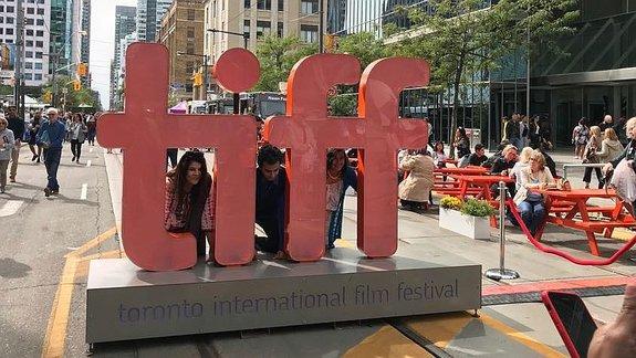 Логотип фестиваля на улице Торонто / Фото: КиноПоиск