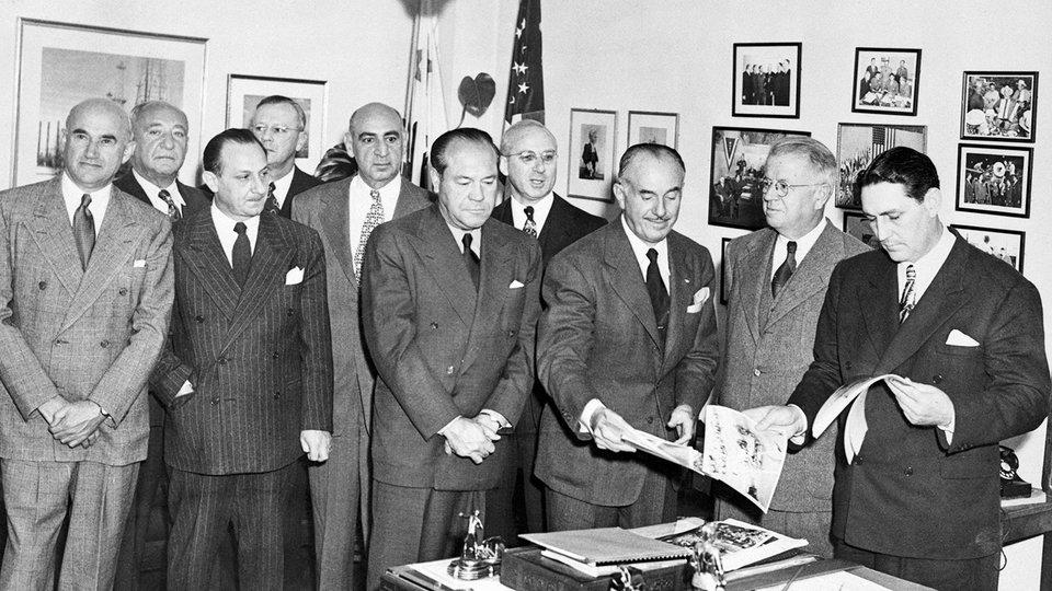 Эдди Мэнникс (первый ряд, третий слева) / Фото: Getty Images