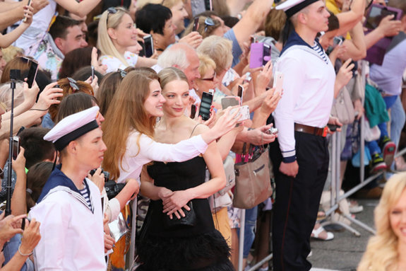 Актриса Екатерина Вилкова фотографируется с публикой / Пресс-служба фестиваля «Кинотавр»