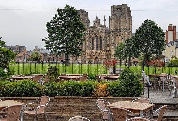 Вид накафедральный собор Уэллса стеррасы отеля The Swan
