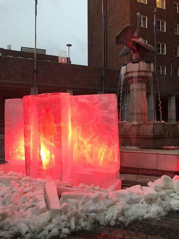 Кровавый лед во дворе ратуши Осло / Фото: КиноПоиск