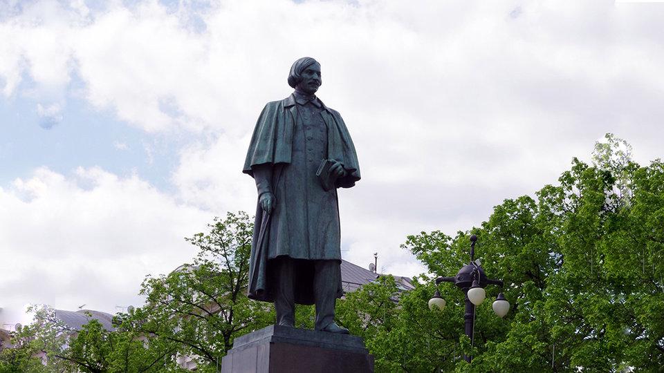 Памятник Николаю Васильевичу Гоголю на Гоголевском бульваре в Москве