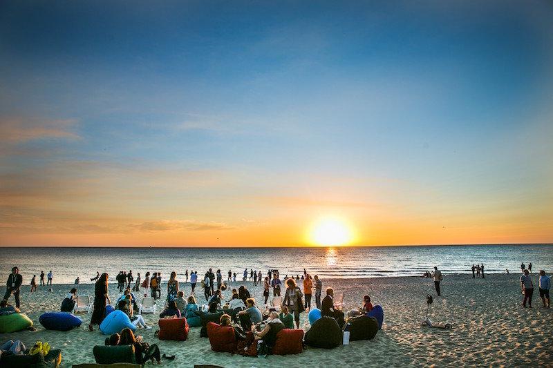 Участники и гости фестиваля на побережье Балтийского моря
