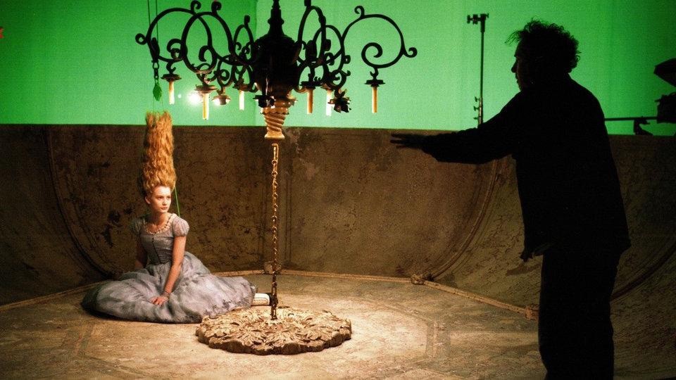 Миа Васиковска и Тим Бёртон на съемках фильма «Алиса в стране чудес»