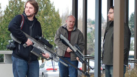 Сотрудники Bungie с муляжами оружия, созданными компанией Weta