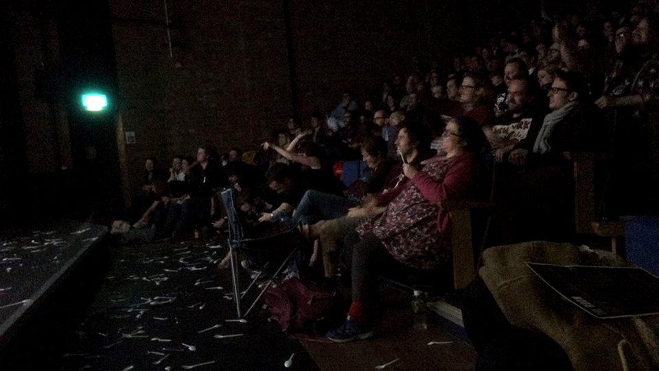Усеянный пластиковыми ложками пол зала вовремя сеанса «Комнаты»