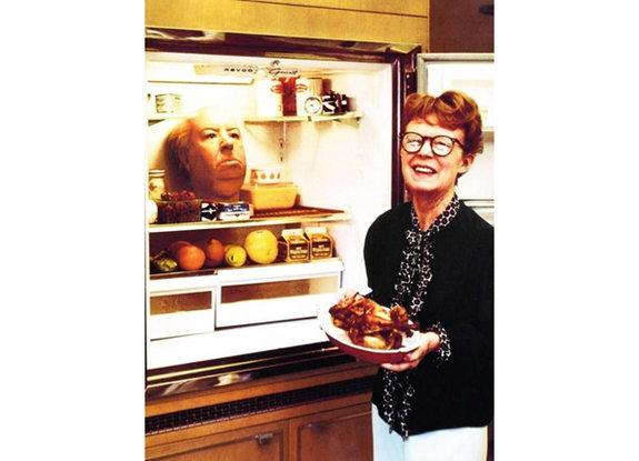 Супруга Хичкока, актриса, сценарист имонтажер Алма Ревиль свосковой головой Альфреда вхолодильнике (1972год)