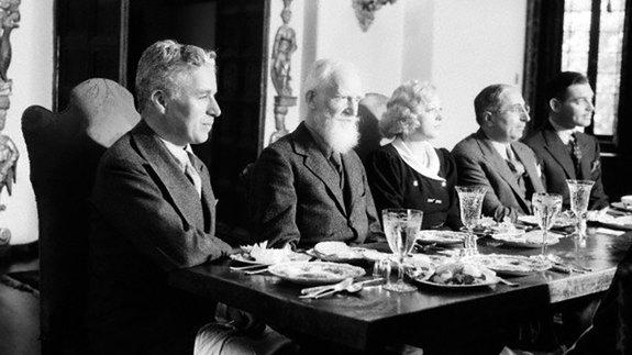 Чарлз Чаплин и Луис Б. Майер (второй справа)