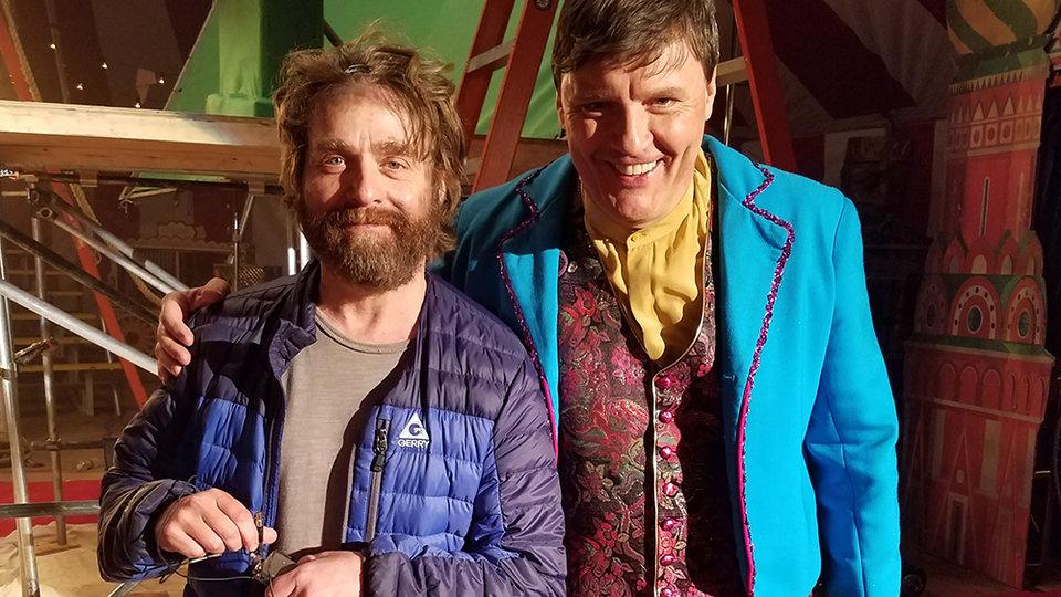 Илья Волох и Зак Галифианакис в сериале «Баскетс»