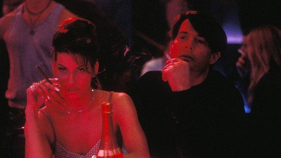Джина Гершон и Кайл МакЛоклен в образах из фильма «Шоугелз»