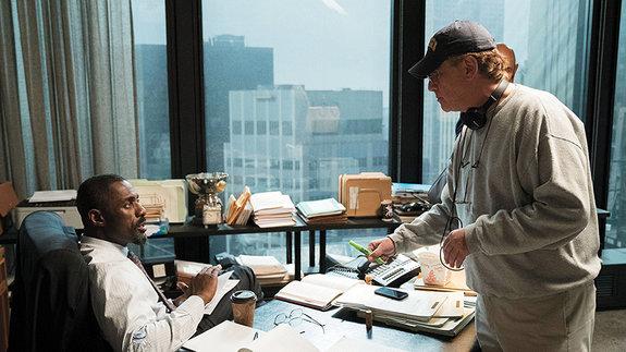 Аарон Соркин и Идрис Эльба на съемках фильма «Большая игра»