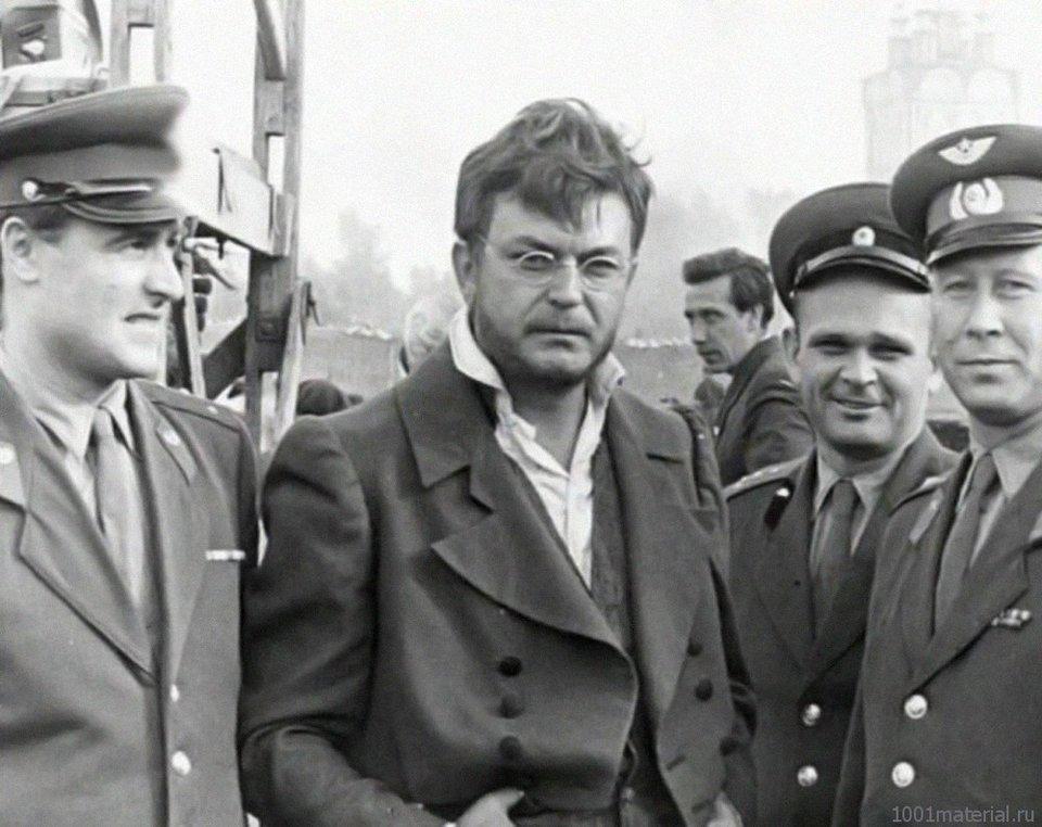 Пьер Безухов (Сергей Бондарчук) в окружении группы фанатов / Фото со съемок фильма «Война и мир»
