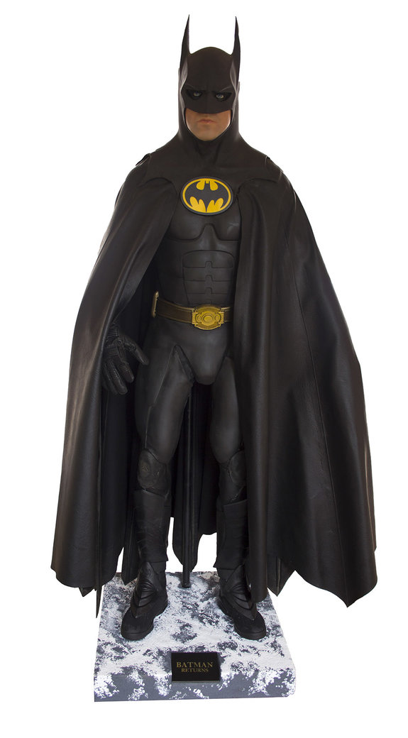 Манекен, изображающий Майкла Китона, с проданным костюмом на нем